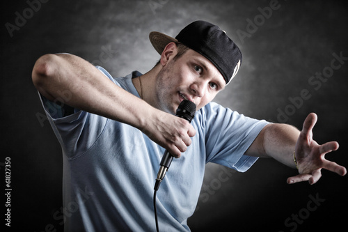 Photo  Rap singer man with microphone cool hand gesture