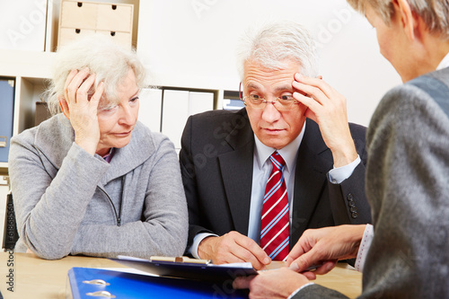 Fotografía  Senioren bei Beratung haben Angst vor Altersarmut