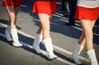 Straßenparade, Mädchen mit Minirock