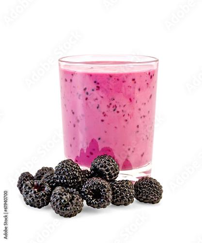 Foto op Plexiglas Milkshake Milk cocktail with blackberries in glass