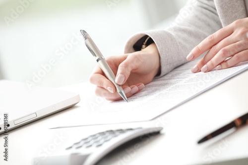 Fotografía  Businesswoman fill the form