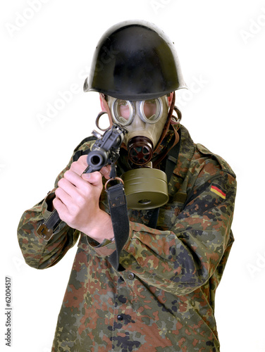 Fotografiet  portrait de masque à gaz soldat jeune
