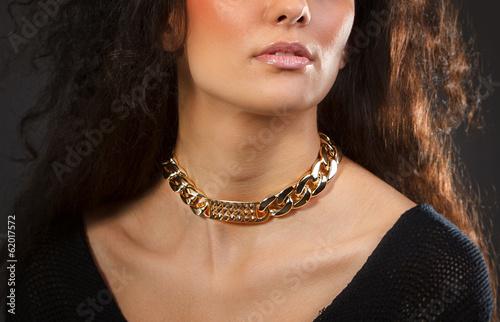 Foto  Schöne Frau mit gelber Halskette