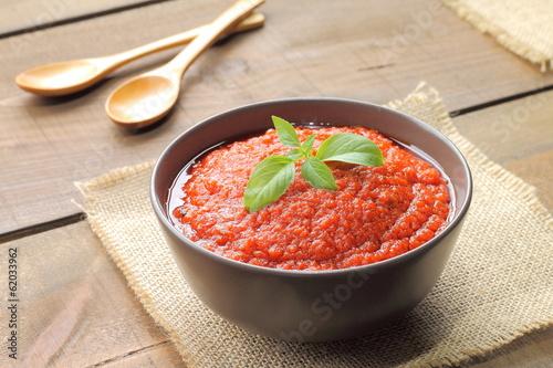 Fotografía  Salsa de tomate con albahaca