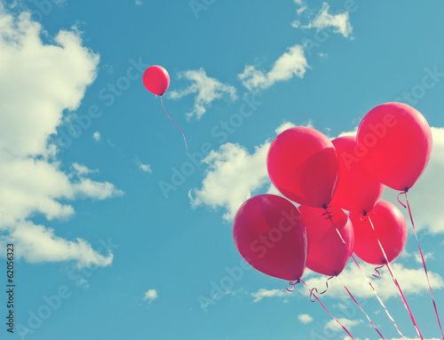 Papiers peints Montgolfière / Dirigeable Bunch of red ballons on a blue sky