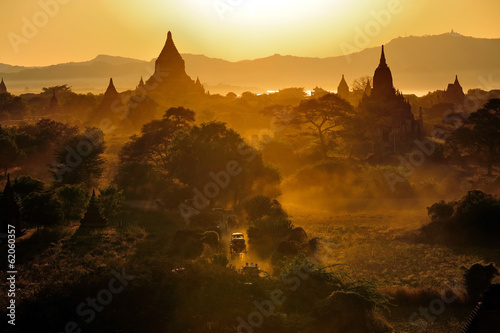Photo  Sunrise over temples of Bagan in Myanmar