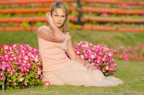 Photo  Young woman in Dubai Miracle Garden (United Arab Emirates)