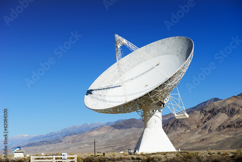 Fotografía  Satellite dishes in desert / clear blue sky