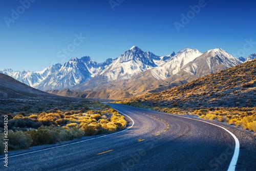 autostrada-droga-w-usa-pustyni-z-gorami