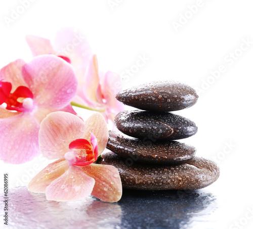 piekne-kwiaty-orchidei-i-kamienie-bazaltowe-w-kroplach-wody