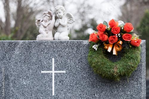 Montage in der Fensternische Friedhof Grab