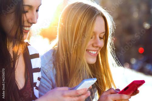 Foto  Freunde im Chat mit ihren Smartphones