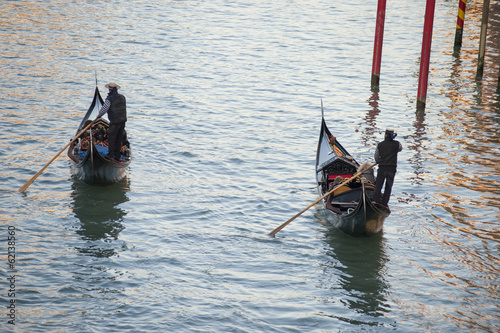 Foto op Aluminium Gondolas Two gondoliers in Venice