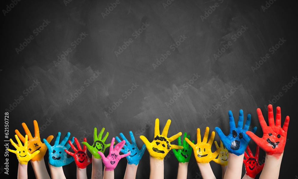 Fototapeta angemalte Kinderhände vor Kreidetafel