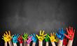 canvas print picture - angemalte Kinderhände vor Kreidetafel