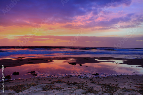 Poster Antarctique Red dawn and cloud reflections at the beach