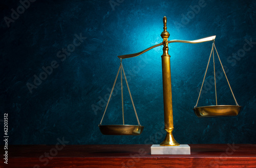 Fotografía  Escala de la justicia sobre fondo azul