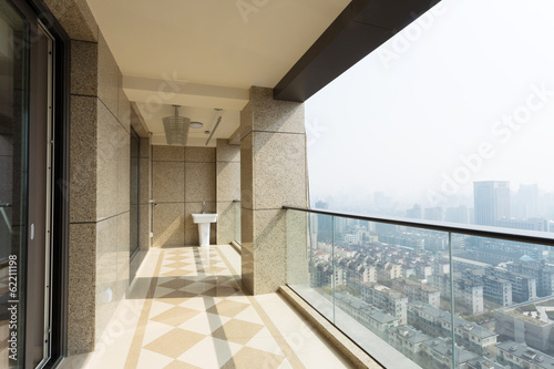 Foto high end balcony in downtown of  modern city