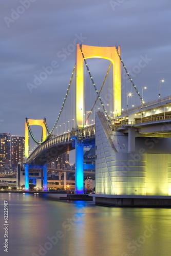 widok-tokio-zatoka-i-tecza-most-przy-zmierzchem