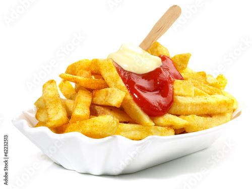 Pommes Frites mit Ketchup und Mayonnaise