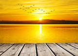 el mar amanece de amarillo