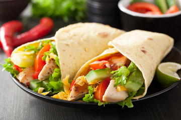 Obraz na Szkle Do baru mexican tortilla wrap with chicken breast and vegetables
