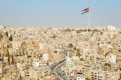 Fotografia Amman city view with big Jordan flag