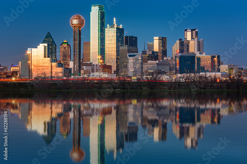 Foto auf Gartenposter Texas Dallas skyline reflected in Trinity River at sunset