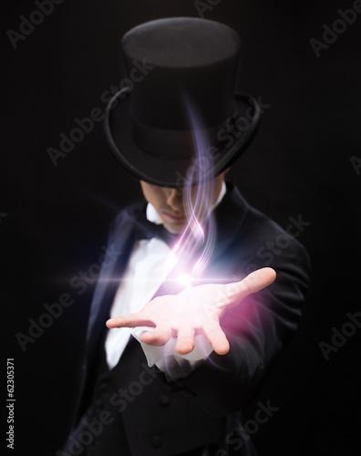 Fotografie, Obraz  Kouzelník drží něco na dlaní