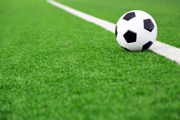 fototapeta tradycyjna piłka na boisku