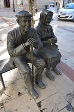 Estatua De Pareja De Ancianos En Burgos