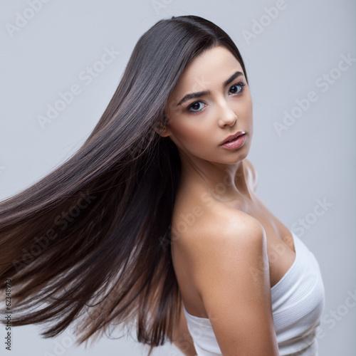 Fotografía  Beautiful Brunette Girl with Healthy Long Hair