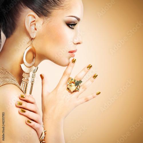 profilowy-portret-mody-kobieta-z-pieknym-zlotym-mani