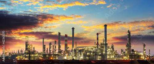Tuinposter Industrial geb. Oil refinery industrial plant at night