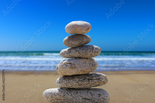Photo Stands Stones in Sand zen balance stone on the beach 6