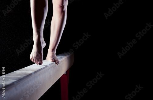 In de dag Gymnastiek feet of gymnast on balance beam