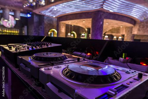 obraz dibond Mikser DJ w nocnym klubie.