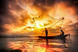 Rybak z jeziora Bangpra w akcji podczas połowów - 62429340