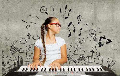 dziewczynka-z-dlugim-warkoczem-uczaca-sie-grac-na-keyboardzie