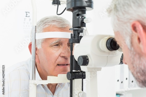 Fotografía  Optometrist doing sight testing for senior patient