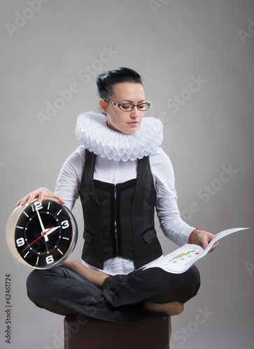 Fotomural Lady in ruff collar with a clock reading the document