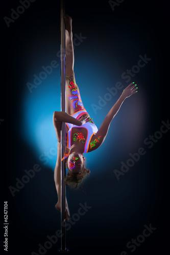 Foto op Plexiglas womenART Cute flexible girl hanging upside down on pylon