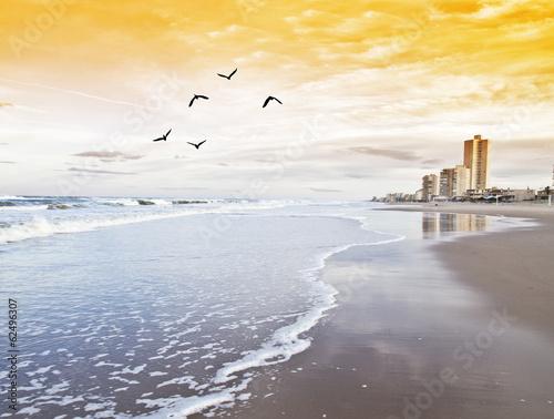 hotel en la playa de las olas de espuma Billede på lærred