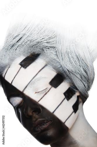 pionowy-portret-sztuki-twarzy-w-formie-fortepianu