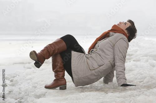 Photo sur Toile Autruche Portrait of young woman on winter river bank