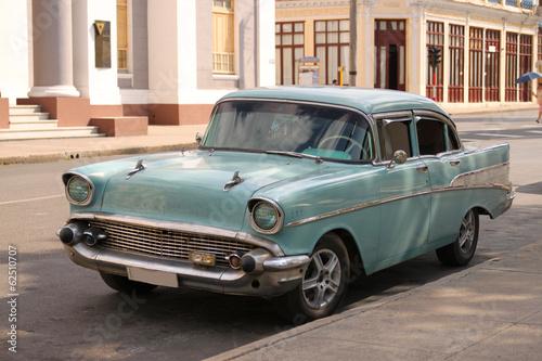 klasyczny-samochod-w-cienfuegos-kuba