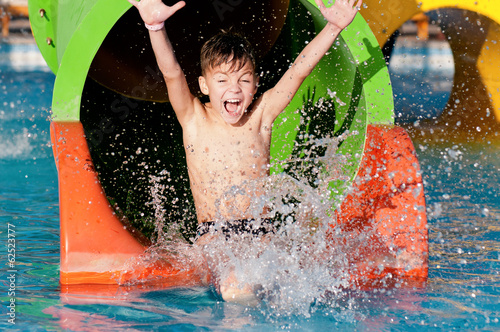 Photo sur Toile Attraction parc Boy at aqua park