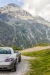 arrière de voiture de sport en tourisme de montagne