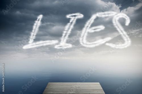 Photo Lies against cloudy sky over ocean