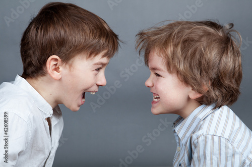 Portrait de deux frères heureux sur fond d'agray Poster Mural XXL
